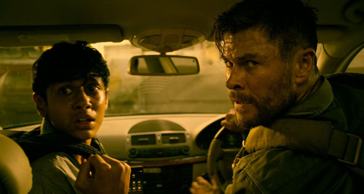 Extraction 2020 Movie Chris Hemsworth and Rudhraksh Jaiswal in a car