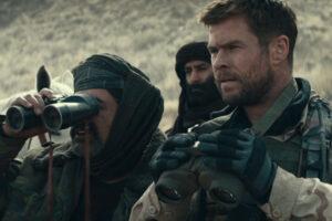 12 Strong 2018 Movie Scene Chris Hemsworth as Captain Mitch Nelson and Navid Negahban as General Dostum looking through binoculars